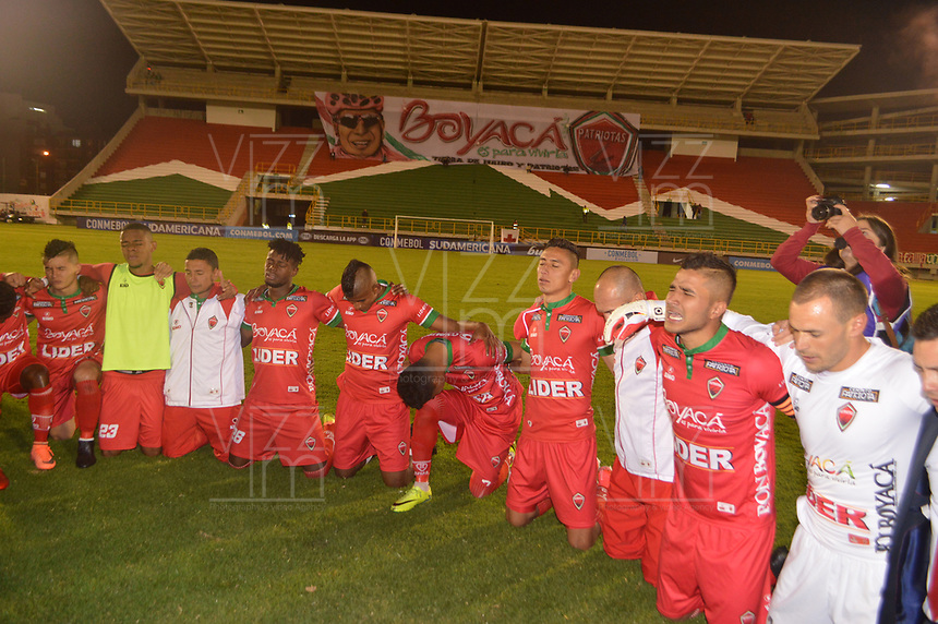 TUNJA  - COLOMBIA - 30 - 05 - 2017: Los Jugadores de Patriotas F. C., celebran la clasificación a la siguiente fase al vencer a Everton, durante partido de vuelta entre Patriotas F. C. de Colombia y Everton of Chile, de la primera fase, llave 5 por la Copa Conmebol Sudamericana en el estadio La Independencia de la ciudad de Tunja. / The players Patriotas F. C., celebrate the classification to the next phase after beating Everton, during a match of the second leg of the first phase key 5 of between Patriotas F. C. of Colombia and Everton of Chile, for the Conmebol Sudamericana Cup 2017 at the La Libertad stadium in the city of Tunja. Photo: VizzorImage / Jose M. Palencia / Cont.