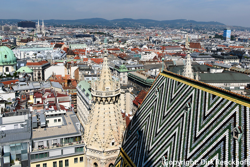 Dachdetail und Blick &uuml;ber Wien von Stephnsdom, Wien, &Ouml;sterreich, UNESCO-Weltkulturerbe<br /> Roofdetail and view from Stephansdom, Vienna, Austria, world heritage