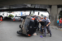 A car flipped over after hitting another vehicle on the handle of the Avenida dos Bandeirantes access to Avenida Santo Amaro, in south Sao Paulo, on Friday (28). Two people were slightly injured and were taken to the Hospital. PHOTO: ADRIANO LIMA / BRAZIL PHOTO PRESS).