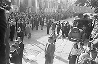 Photo from the NIOD's Huizinga collection. Spectators and a reporter during the first commemoration of the dead after the liberation on Plein 1813