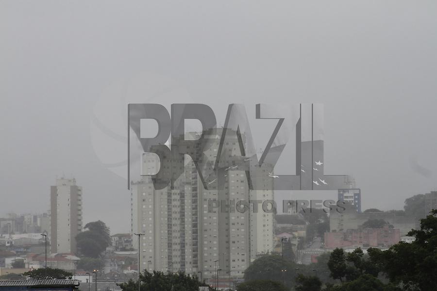 ATENCAO EDITOR FOTO EMBARGADA PARA VEICULOS INTERNACIONAIS - SÃO PAULO, SP, 21 JANEIRO DE 2013  - CLIMA TEMPO SP - Garoa fina com  céu encoberto de nuvens carregadas, na manhã dessa segunda-feira, 21, região do Bom Retiro, zona central da capital -   FOTO LOLA OLIVEIRA - BRAZIL PHOTO PRESS