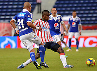 BARRANQUILLA - COLOMBIA-27-10-2013: Josimar Gomez (Der.) jugador del Atletico Junior disputa el balón con Juan Ortiz (Izq.) jugador de Millonarios durante partido en el estadio Metropolitano Roberto Melendez de la ciudad de Barranquilla, octubre 27 de 2013. Atletico Junior y Millonarios durante partido por la decimosexta fecha de la de la Liga Postobon II. (Foto: VizzorImage / Alfonso Cervantes / Str). Josimar Gomez (R), player of Atletico Junior vies for the ball with Juan Ortiz (L) player of Millonarios during a match at the Metropolitano Roberto Melendez Stadium in Barranquilla city, October 27, 2013. Atletico Junior and Millonarios during a match for the sixteenth round of the Postobon II League. (Photo: VizzorImage / Alfonso Cervantes / Str).