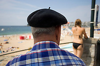 Europe/France/Aquitaine/64/Pyrénées-Atlantiques/Saint-Jean-de-Luz: Basque au béret  et baigneuse ,sur le front de mer