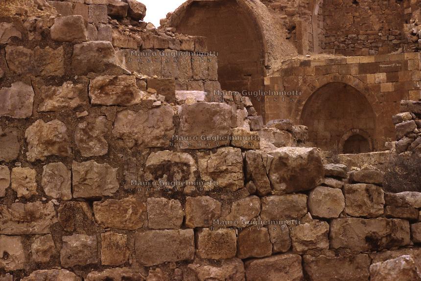 Israele: le rovine dell'antica Qumran, sito archeologico-naturalistico sulla costa del Mar Morto, famoso per le sue grotte, i resti di un monastero esseno e per il ritrovamenteo dei Manoscritti del Mar Morto.