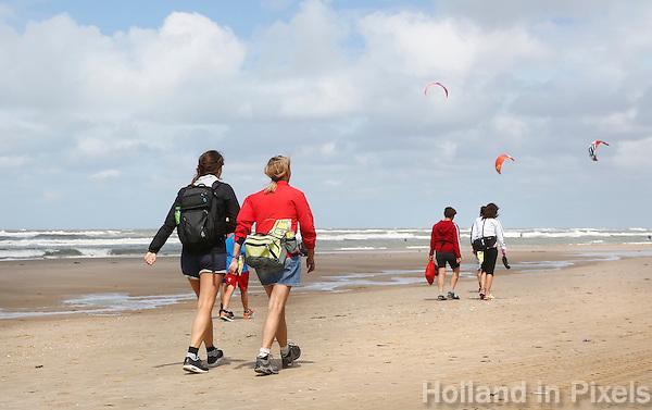 Nederland Egmond 2015 07 30 . Deelnemers aan de Strand6Daagse lopen door Egmond aan Zee