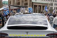 """Etwa 200 Menschen versammelten sich am Samstag den 30. Mai 2020 in Berlin vor dem Brandenburger Tor zu einer Kundgebung um gegen die US-Airbase Rammstein zu protestieren. Von Rammstein aus werden US-Drohnenangriffe im Mittleren Osten, Afrika und Asien durchgefuehrt.<br /> Die Teilnehmer protestierten allerdings auch gegen die angebliche Einfuehrung von Zwangsimpfungen im Zuge der Covid-19 Pandemie, gegen die (mittlerweile aufgehobenen) Einschraenkungen im oeffentlichen Leben zur Eindaemmung der Covid-19 Pandemie. Redner erklaerten mit Verschwoerungsreden, die Corona-Pandemie sei """"ein grosser Plan der Rauten-Koenigin (gemeint ist Bundeskanzlerin Angela Merkel"""".<br /> Im Bild: Mehrere Veranstalungsteilnhemer sind mit Autos im Polizeistil angereist, auf denen fuer die rechtsoffene Partei """"Widerstand 2020"""" geworben wird. <br /> 30.5.2020, Berlin<br /> Copyright: Christian-Ditsch.de<br /> [NUR FUER REDAKTIONELLE ZWECKE! Werbung nur auf Anfrage beim Fotografen. Inhaltsveraendernde Manipulation des Fotos nur nach ausdruecklicher Genehmigung des Fotografen. Vereinbarungen ueber Abtretung von Persoenlichkeitsrechten/Model Release der abgebildeten Person/Personen liegen nicht vor. NO MODEL RELEASE! Don't publish without copyright Christian-Ditsch.de, Veroeffentlichung nur mit Fotografennennung, sowie gegen Honorar, MwSt. und Beleg. Konto: I N G - D i B a, IBAN DE58500105175400192269, BIC INGDDEFFXXX, Kontakt: post@christian-ditsch.de<br /> Bei der Bearbeitung der Dateiinformationen darf die Urheberkennzeichnung in den EXIF- und  IPTC-Daten nicht entfernt werden, diese sind in digitalen Medien nach §95c UrhG rechtlich geschuetzt. Der Urhebervermerk wird gemaess §13 UrhG verlangt.]"""