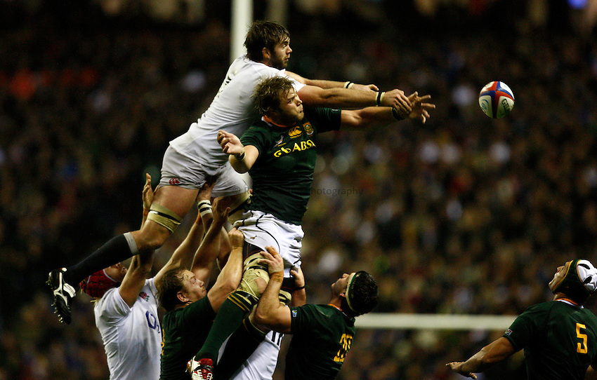 Photo: Richard Lane/Richard Lane Photography. England v South Africa. QBE Autumn Internationals. 24/11/2012. England's Geoff Parling and South Africa's Duane Vermeulen challenge for a lineout.