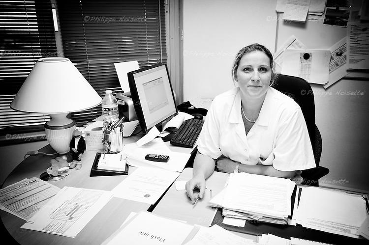 Anne Lafosse, cadre de santé puéricultrice dans son bureau au CHU de Rennes...Dans son service d'hémato-cancérologie pédiatrique, l'équipe a souhaité compléter et enrichir les moyens non-médicamenteux de prise en charge de la douleur déjà utilisés. Une boîte nommée « Sensibox » a été mise en place pour permettre à l'équipe de disposer de nombreux autres moyens de distraction...Objectifs :.- Chercher avec l'enfant à défocaliser son attention des éléments désagréables du soin, pour se concentrer sur des perceptions agréables et ainsi enregistrer un souvenir positif du soin..- Développer les compétences relationnelles des soignants pendant un soin douloureux. Le soignant «distracteur» doit développer les capacités nécessaires pour mobiliser fortement l'attention de l'enfant..- Diminuer la douleur et l'anxiété liées aux soins..- Développer une meilleure coopération de l'enfant avant, pendant et après le soin..- Diminuer l'anxiété des parents et favoriser leur participation active s'ils le souhaitent..