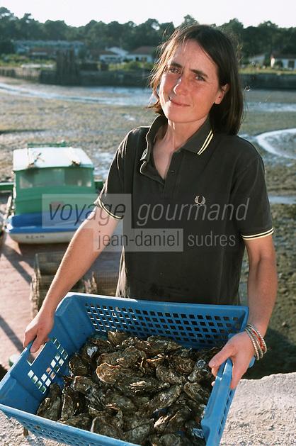Europe/France/Aquitaine/33/Gironde/Bassin d'Arcachon/Le Cap Ferret: Sylvie Latrille Ostréicultrice [Non destiné à un usage publicitaire - Not intended for an advertising use]