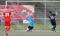 Torwart Max Sandner (SKV Büttelborn) rettet vor dem einschussbereiten Serdar Özbek (SG Unter-Abtsteinach) - Büttelborn 15.04.2018: SKV Büttelborn vs. SG Unter-Abtsteinach
