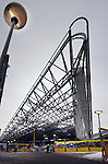 ROTTERDAM - In aanbouw zijnde stationshal van CS Rotterdam. De trechtervormige hal rust op een door ingenieursbureau van Gemeentewerken Rotterdam ontworpen stalen constructie die is geleverd door Iemants uit Arendonk in België. De hal krijgt een glazen pui en heeft aan de zijde van het gebouw van Nationale Nederland een hoogte van 30 meter. COPYRIGHT TON BORSBOOM.