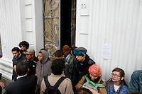 CURITIBA, PR, 04.11.2016 – EDUCAÇÃO-PR – Estudantes contra à ocupação do prédio histórico da Universidade Federal do Paraná (UFPR) realizam manifestações na manhã desta sexta-feira (04) em frente ao prédio da UFPR centro de Curitiba (PR). (Foto: Paulo Lisboa/Brazil Photo Press)