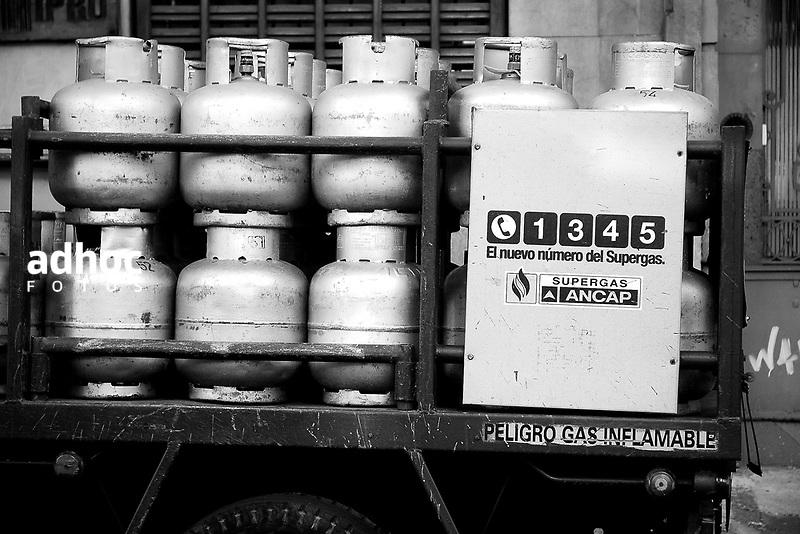 Camion distribuidor de supergas. Montevideo, 2007.<br /> URUGUAY / MONTEVIDEO / <br /> Foto: Ricardo Ant&uacute;nez / AdhocFotos<br /> www.adhocfotos.com
