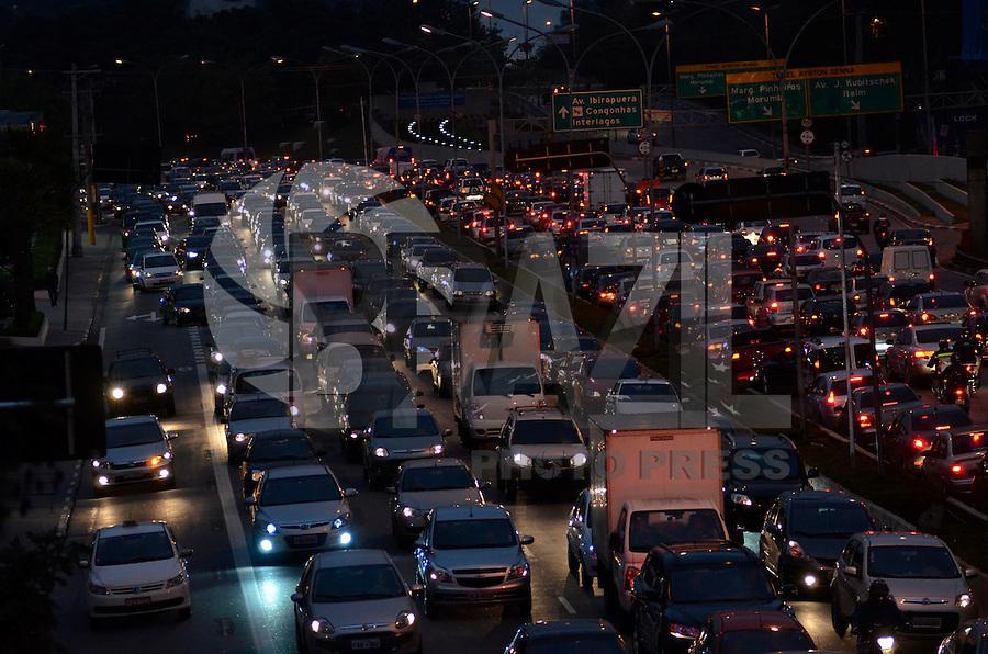 SAO PAULO, SP, 16 DE AGOSTO DE 2013 – TRÂNSITO EM SÃO PAULO: Trânsito na Av. 23 de Maio, próximo ao Parque do Ibirapuera, zona sul de São Paulo na tarde desta sexta feira (09). FOTO: LEVI BIANCO - BRAZIL PHOTO PRESS.