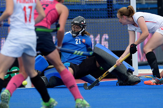 ENG - London, England, August 30: During the women Pool C match between Scotland (pink) and Poland (white) on August 30, 2015 at Lee Valley Hockey and Tennis Centre, Queen Elizabeth Olympic Park in London, England. Final score 2-0 (1-0). (Photo by Dirk Markgraf / www.265-images.com) *** Local caption *** Marta KUCHARSKA (GK) #21 of Poland