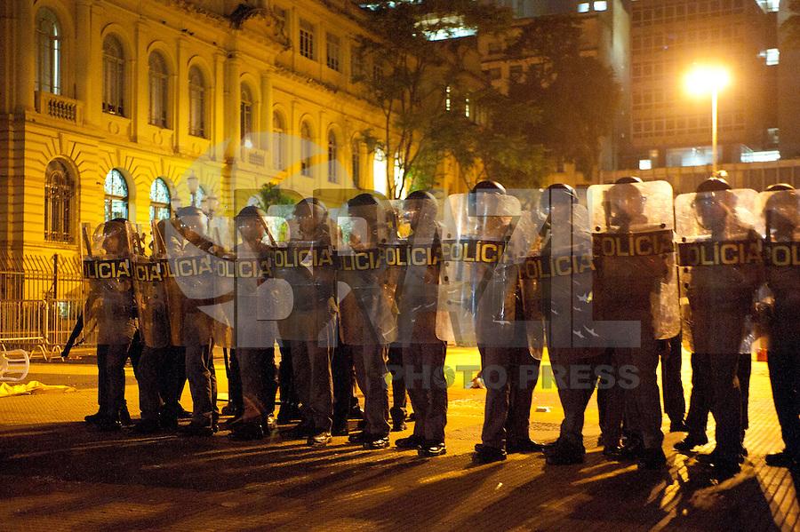 SAO PAULO, SP, 09.12.2015 - PROTESTO-SP- Manifestantes, em maioria com os rostos cobertos, montam barricada nos arredores da Praça da República, no centro de São Paulo, durante ato de estudantes contra a reorganização escolar, nesta quarta-feira, 9. Uma agência bancária foi depredada na Avenida São Luís. Houve confronto entre manifestantes e policiais militares, que usaram bombas de efeito moral para dispersar a manifestação. (Foto: Gabriel Soares/ Brazil Photo Press)