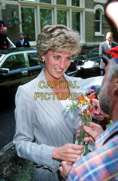 DIANA, PRINCESS OF WALES.flowers, royal, dead, deceased.Ref: 1314.www.capitalpictures.com.sales@capitalpictures.com.© Capital Picturesreceiving flowers