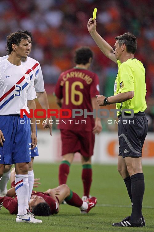 FIFA WM 2006 -  Round of Sixteen - / Viertelfinale <br /> Play     #52 (25-Jun) - Portugal vs Niederlande ( Holland ) 1:0<br /> <br /> <br /> lReferee Valentin Ivanov  zeigt hier Khalid Boulahrouz die gelbe Karte<br /> <br /> <br /> Foto &copy; nordphoto