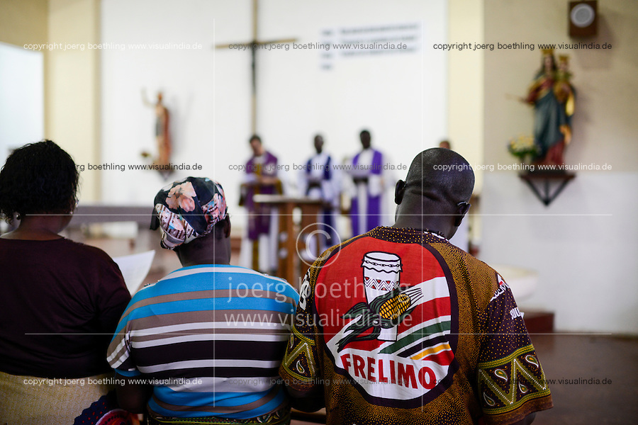MOZAMBIQUE, Moatize, catholic mass in church, man with FRELIMO shirt, the movement for independance and party in power / MOSAMBIK, Moatize, Gottesdienst in Kirche der Salesianer, Katholik im Hemd mit FRELIMO Aufdruck, FRELIMO ist die mosambikanische nationale Befreiungsbewegung und Regierungspartei