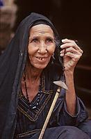 Afrique/Egypte/Env de Louxor/Ancienne Thèbes: Portrait de femme - Femme filant la laine