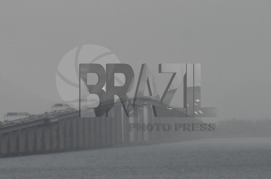 ATENCAO EDITOR: FOTO EMBARGADA PARA VEICULOS INTERNACIONAIS. - RIO DE JANEIRO, RJ,26 DE SETEMBRO 2012 - ELEICOES 2012- CLIMA TEMPO NA CAPITAL FLUMINENSE- Vão central da Ponte Rio x Niteroi nesta quarta feira de ceu encoberto, chuva e tempo frio no Rio de Janeiro.(FOTO: MARCELO FONSECA / BRAZIL PHOTO PRESS).