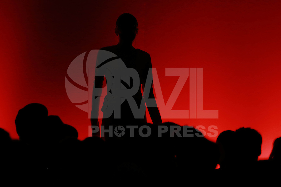 SÃO PAULO,SP, 22.04.2015 - CASA DE CRIADORES - Modelo durante desfile na Casa de Criadores no Ginásio do Estádio Paulo Machado de Carvalho no Pacaembu região oeste de São Paulo , nesta quarta-feira, 22. (Foto: William Volcov / Brazil Photo Press).
