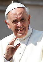 Papa Francesco saluta i fedeli al suo arrivo all'udienza generale del mercoledi' in Piazza San Pietro, Citta' del Vaticano, 26 giugno 2013.<br /> Pope Francis waves to faithful as he arrives for his weekly general audience in St. Peter's Square at the Vatican, 26 June 2013.<br /> UPDATE IMAGES PRESS/Isabella Bonotto<br /> <br /> STRICTLY ONLY FOR EDITORIAL USE