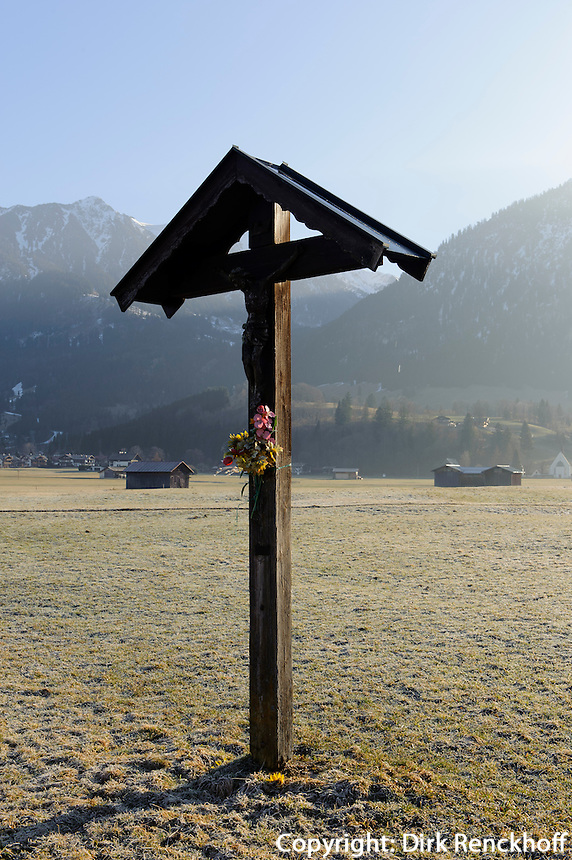 Wegkreuz auuf Weiden s&uuml;dlich von Oberstdorf im Allg&auml;u, Bayern, Deutschland<br /> wayside cross at pastures near Oberstdorf, Allg&auml;u, Bavaria,  Germany