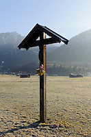 Wegkreuz auuf Weiden südlich von Oberstdorf im Allgäu, Bayern, Deutschland<br /> wayside cross at pastures near Oberstdorf, Allgäu, Bavaria,  Germany