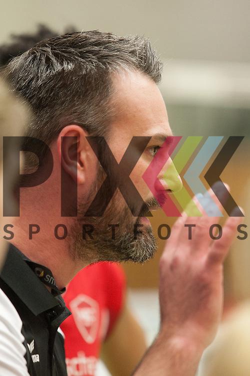 Koepenicks Trainer Bjoern Matthes <br /> <br /> 05.12.2015 Volleyball Frauen 1. Bundesliga Koepenicker SC Berlin  - Schweriner SC <br /> <br /> Foto &copy; PIX-Sportfotos *** Foto ist honorarpflichtig! *** Auf Anfrage in hoeherer Qualitaet/Aufloesung. Belegexemplar erbeten. Veroeffentlichung ausschliesslich fuer journalistisch-publizistische Zwecke. For editorial use only.