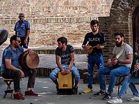 Musik vor Tiflis Palace im Bäderviertel Abanotubani, Tiflis – Tbilissi, Georgien, Europa<br /> Music at Tiflis Palace in thermal quarter Abanotuban, Tbilisi, Georgia, Europe
