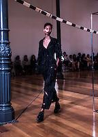 SAO PAULO, SP - 25.10.2016 - SPFW-YAMAMOTO - Desfile da grife Yamamoto durante a São Paulo Fashion Week N42 na estação Pinacoteca, região central de São Paulo nesta terça-feira (25).<br /> <br /> (Foto: Fabricio Bomjardim / Brazil Photo Press)
