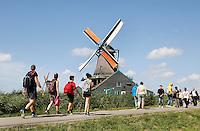 Nederland  Zaanse Schans  2016. Toeristen bekijken de Molens aan de Zaan.  Foto Berlinda van Dam / Hollandse Hoogte