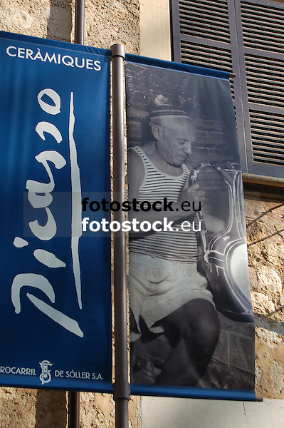 Placard for the exhibition of ceramics by Pablo Picasso in the railway station of S&oacute;ller<br /> <br /> Cartel para la exposici&oacute;n de cer&aacute;micas de Pablo Picasso en la estaci&oacute;n de ferrocarril de S&oacute;ller<br /> <br /> Plakat zur Ausstellung der Keramiken von Pablo Picasso im Bahnhof von S&oacute;ller<br /> <br /> 3308 x 2000 px
