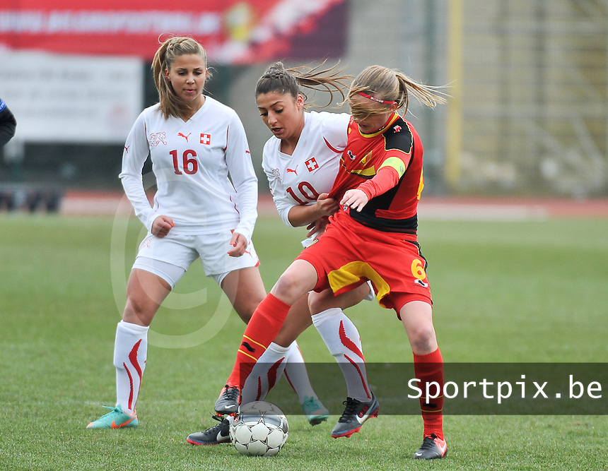 Belgium U19 - Switzerland U19 : duel tussen Julie Biesmans (rechts) , Mirjine Selimi (middle) en Anja Thürig (left).foto DAVID CATRY / Nikonpro.be