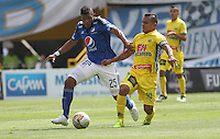 BOGOTA - COLOMBIA - 27-09-2015: Elkin Blanco jugador de Millonarios  disputa el balon con David Ferreira de Atletico Huila durante partido  por la fecha 14 de la Liga Aguila II 2015 jugado en el estadio Nemesio Camacho El Campin . / Elkin Blanco player of Millonarios fights the ball against David Ferreira of Atletico Huila  during a match for the fourteenth date of the Liga Aguila II 2015 played at Nemesio Camacho El Campin stadium in Bogota  city. Photo: VizzorImage / Felipe Caicedo / Staff.