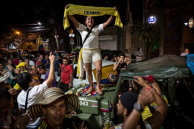 Los hinchas armaron una buena rumba en la puerta del hotel Deville de Cuiaba mientras esperaban al omnibus que traia la seleccion Colombia que llego desde Sao Paulo al aeropuerto local el 22 de junio de2014. Colombia enfrentara a Jap&oacute;n en esta ciudad del Mato Grosso en el ultimo partido de la ronda inicial del Mundial de Brasil<br />   Lorenzo Moscia/Archivolatino<br /> <br /> <br /> <br /> <br /> lCOPYRIGHT: Archivolatino<br /> Solo para uso editorial, prohibida su venta y su uso comercial.eccion Colombia en Brasilia