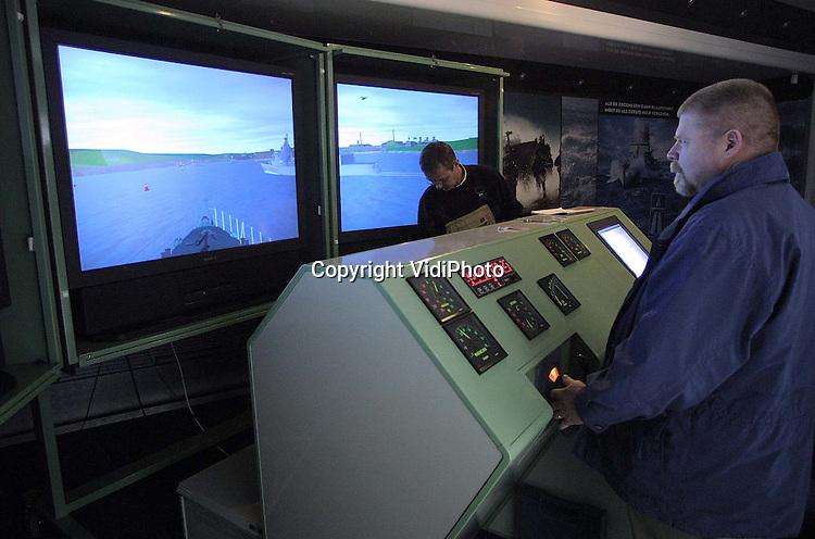 Foto: VidiPhoto..WAGENINGEN - De Koninlijke Marine heeft sinds woensdag een mobiele vaarsimulator. Het 4 ton kostende apparaat is ontwikkeld door het Maritime Research Institute Netherlands (Marin) in Wageningen en werd woensdag in een hydrolisch uitklapbare trailer (6,5 meter breed)ingebouwd. Het gaat om de eerste mobiele simulator van deze omvang in Nederland. De trailer staat straks op diverse evenementen. Belangstellenden kunnen dan een virtuele tocht maken met een vaartuig van de Marine.