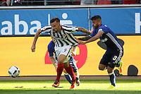 Haris Seferovic (Eintracht Frankfurt) setzt sich durch gegen Caicara (FC Schalke 04)- 27.08.2016: Eintracht Frankfurt vs. FC Schalke 04, Commerzbank Arena