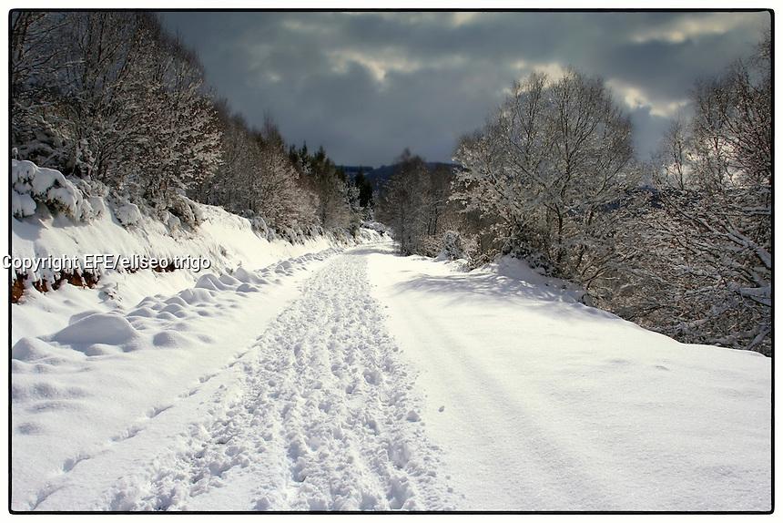 fecha:09-01-2010. Nieve en Villarin A Lastra ( Lugo ).Carretera comarcal Villarin-A Lastra.foto:EFE/ Eliseo Trigo