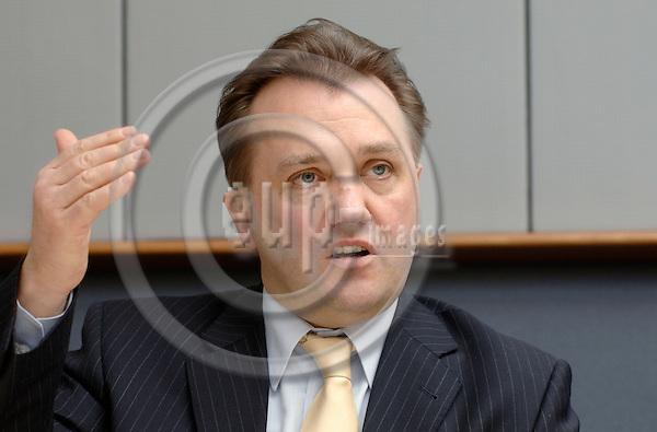 Brussels-Belgium - 21 February 2006---MEP Ralf WALTER (PSE/DE, SPD) from Cochem/Germany, member of the Socialist Group in the European Parliament, Vice-Chairman of the Committee on Budgets, during a press briefing in the EP---Photo: Horst Wagner/eup-images