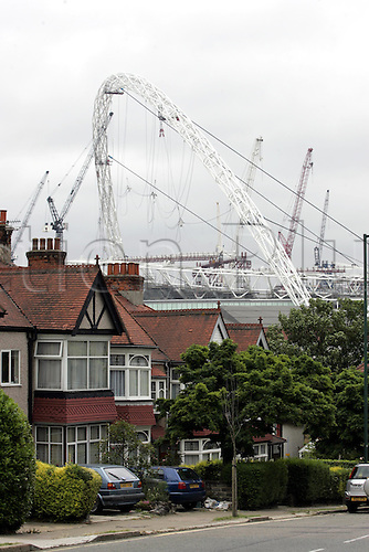 8 July 2005: Construction of the new £757 million Wembley Stadium continues. The stadium's spectacular 133m high Arch dominates the skyline for miles around. Photo: Neil Tingle/actionplus..050708 stadium stadia venue ground