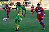 NEIVA-COLOMBIA-18-04-2018: Edwar Lopez (Izq.) jugador de Atletico Huila disputa el balón con Giovanny Martinez (Der.) jugador de Deportivo Pasto, durante partido entre Atletico Huila y Deportivo Pasto, de la fecha 16 por la Liga Aguila, I 2018 en el estadio Guillermo Plazas Alcid de Neiva. / Edwar Lopez (L), player of Atletico Huila vies for the ball with Giovanny Martinez (R) player of Deportivo Pasto, during a match of the 16th date for the Liga Aguila I 2018 at the Guillermo Plazas Alcid Stadium in Neiva city. Photo: VizzorImage  / Sergio Reyes / Cont.