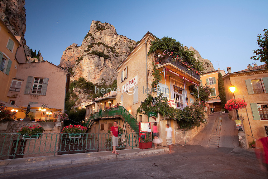 France, Alpes-de-Haute-Provence (04), parc naturel régional du Verdon, Moustiers-Sainte-Marie, labellisé Les Plus Beaux Villages de France, restaurants dans le village le soir et l'Etoile de Moustier accrochée à une chaîne à plusieurs dizaines de mètres au-dessus du sol // France, Alpes de Haute Provence, Parc Naturel Regional du Verdon (Natural Regional Park of Verdon), Moustiers Sainte Marie, labelled Les Plus Beaux Villages de France (The Most Beautiful Villages of France), the village at night