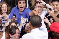 MHR36 COLLEGE PARK (ESTADOS UNIDOS) 22/07/2011.- El presidente estadounidense, Barack Obama, saluda a los asistentes en la reunión del Ayuntamiento para tratar sobre los esfuerzos que se realizan para encontrar un equilibrio a la reducción del déficit en la Universidad de Maryland, en College Park, EE.UU., hoy, viernes 22 de julio de 2011. EFE/Yuri Gripas***POOL***