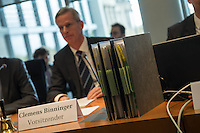Am 28. April 2016 fand die 16. Sitzung des 2. NSU-Untersuchungsausschusses des Deutschen Bundestag statt. <br /> Als Zeugen waren gelanden:<br /> Dr. Tilmann Halder Diplom-Chemiker (Brandgutachter vom LKA-BW),  Kriminaloberkommissar Manfred Nordgauer (LKA Stuttgart) und Diplom-Physikerin Sandra Kruse (Bundeskriminalamt - Kriminaltechnisches Institut (KT52))<br /> Im Bild: Der Ausschussvorsitzende Clemens Binninger und Ausschussakten.<br /> 28.4.2016, Berlin<br /> Copyright: Christian-Ditsch.de<br /> [Inhaltsveraendernde Manipulation des Fotos nur nach ausdruecklicher Genehmigung des Fotografen. Vereinbarungen ueber Abtretung von Persoenlichkeitsrechten/Model Release der abgebildeten Person/Personen liegen nicht vor. NO MODEL RELEASE! Nur fuer Redaktionelle Zwecke. Don't publish without copyright Christian-Ditsch.de, Veroeffentlichung nur mit Fotografennennung, sowie gegen Honorar, MwSt. und Beleg. Konto: I N G - D i B a, IBAN DE58500105175400192269, BIC INGDDEFFXXX, Kontakt: post@christian-ditsch.de<br /> Bei der Bearbeitung der Dateiinformationen darf die Urheberkennzeichnung in den EXIF- und  IPTC-Daten nicht entfernt werden, diese sind in digitalen Medien nach §95c UrhG rechtlich geschuetzt. Der Urhebervermerk wird gemaess §13 UrhG verlangt.]