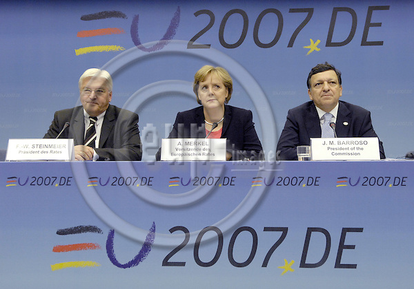 Brussels-Belgium - 23 June 2007---European Council / summit under German Presidency; here, briefing the press in the morning of the third day after / on successful negociations throughout the night: Frank-Walter STEINMEIER (le), Minister for Foreign Affairs of Germany, Angela MERKEL (ce), Federal Chancellor of Germany and acting President of the European Council, José (Jose) Manuel BARROSO DURAO (ri), President of the European Commission---Photo: Horst Wagner/eup-images