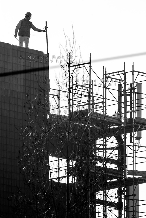 Milano, operaio a un cantiere edile --- Milan, worker at a construction site