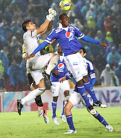 BOGOTA - COLOMBIA-19-04-2013: Erick Moreno ( derecha) jugador de Millonarios , disputa el balón con Kevin Piedrahita ( Izquierda)  guardameta   de Itagüi durante partido en el estadio El Campín de la ciudad de Bogotá, abril 19 de 2013. partido por la  fecha doce  de la Liga Postobon I.Itagüi se impuso dos goles a uno ante  Millonarios. (Foto: VizzorImage / Felipe Caicedo / Staff).Erick Moreno (right) Millonarios player, fights for the ball with Kevin Piedrahita (Left) Itagüi goalkeeper during party at El Campin in Bogota, April 19, 2013. match the date twelve I.Itagüi League Europa League won two goals to one against Millonarios.VizzorImage / Felipe Caicedo / Staff