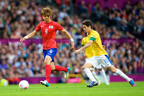 07.08.2012 Manchester, England. Korea midfielder Sungyueng Ki and Brazil midfielder Oscar in action during the semi final match between Brazil and South Korea. 2012 London Olympic Games football tournament